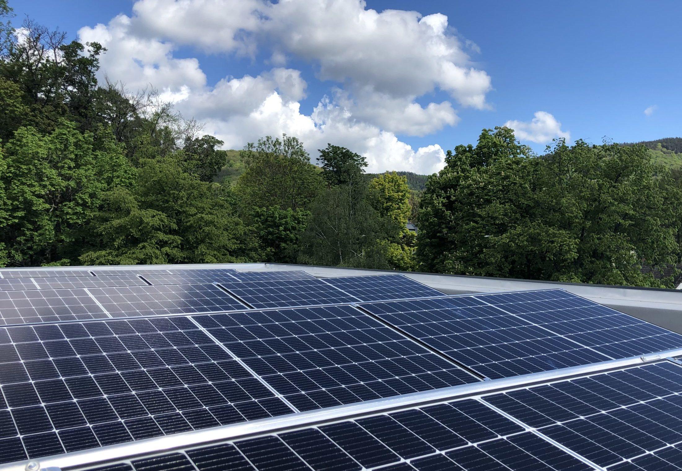 Solardach Solarmodule Photovoltaikanlage Gewerbe Unternehmen